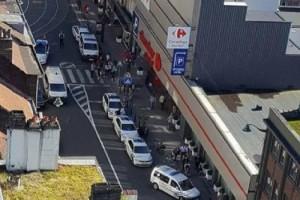 Guarda la versione ingrandita di Bruxelles, donna accoltella tre persone: polizia spara e la prende (foto Twitter)