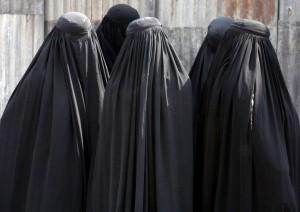 Burqa libero schiva attentati: Alfano sgancia grappolo errori