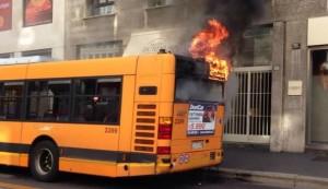 Milano, autobus a fuoco in centro, vicino a piazza San Babila VIDEO