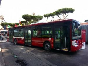 Roma, paura sull'autobus: ragazzo estrae pistola e la punta contro i passeggeri