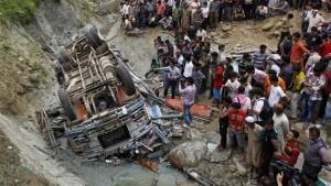 Guarda la versione ingrandita di Autobus precipita in un canale, 14 morti in India