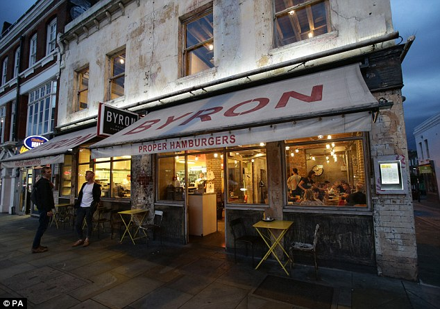 Byron Burger tradisce lavoratori clandestini. Scoppia la rivolta in Inghilterra05