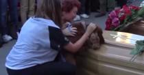 Il cane saluta il padrone <br /> morto sotto le macerie