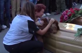 YOUTUBE Terremoto, cane saluta il padrone morto sotto le macerie