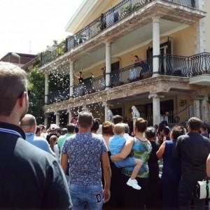 Casamonica, funerali di Nicandro: Ferrari, Maserati nera e petali di fiori