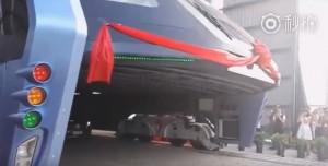 Cina, inaugurato il bus anti-traffico che passa sopra le auto