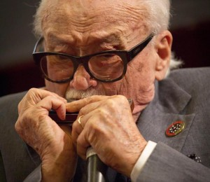 Guarda la versione ingrandita di Toots Thielemans è morto, il padre dell'armonica jazz aveva 94 anni