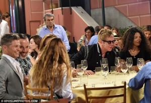 Guarda la versione ingrandita di Elton John a Portofino da Puny (in piedi a sinistra in camicia azzurra), c'era Tronchetti ma non la duchessa di Westminster né il suo vino