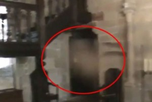 Guarda la versione ingrandita di YOUTUBE Fantasma nella villa? Misterioso video dal Regno Unito