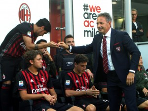 Milan, tifosi applaudono Mihajlovic. Ma Diego Lopez gli volta le spalle