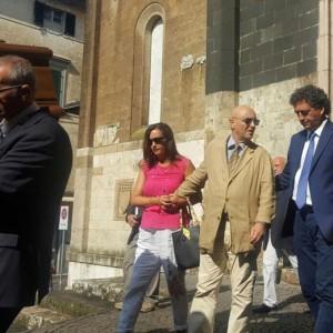 Guarda la versione ingrandita di Anna Marchesini, al funerale il volto straziato di Massimo Lopez e Tullio Solenghi FOTO