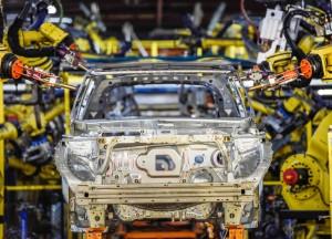 Auto. Consumi di carburante ridotti del 30%: Suv più leggero di 350 kg, non saldature ma speciale attaccatutto