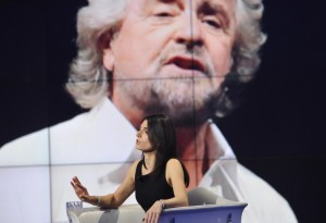 Guarda la versione ingrandita di Beppe Grillo al fianco di Raggi: