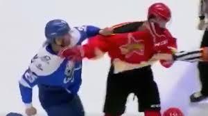 YOUTUBE Hockey, giocatore perde la testa e picchia tutti gli avversari