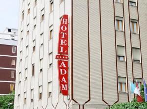 Milano, avvocato morto in stanza di hotel: suicidio o gioco finito male?