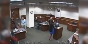 Guarda la versione ingrandita di YOUTUBE Imputata nera senza pantaloni in aula...la giudice si scusa