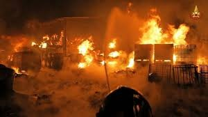 Napoli: incendio in una fabbrica di vernici ad Acerra