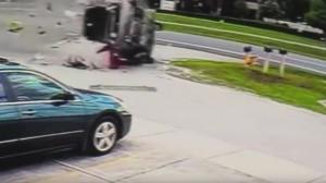 Guarda la versione ingrandita di Incidente spaventoso: auto si ribalta decine di volte, pilota vivo per miracolo