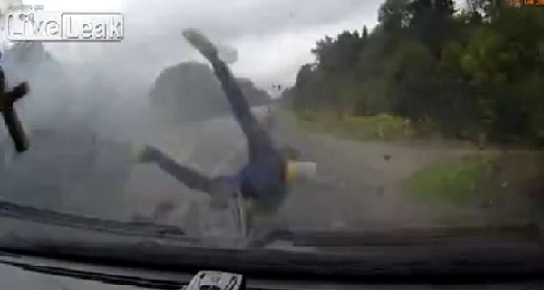 YOUTUBE Incidente choc: ragazzi volano fuori dall'auto dopo impatto