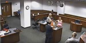 Imputato prende in mano il figlio appena nato davanti al giudice