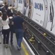 Metro Londra: salva uomo su binari. Caccia all'eroe misterioso