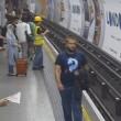 Metro Londra: salva uomo su binari. Caccia all'eroe misterioso7