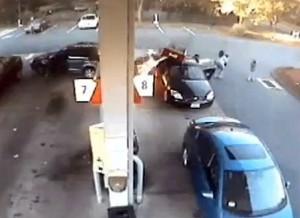 Guarda la versione ingrandita di VIDEO YOUTUBE Incidente al distributore di benzina: madre salva i figli