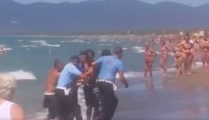 Ambulante estrae spranga e coltello contro vigili e scappa in mare VIDEO
