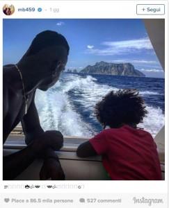 Guarda la versione ingrandita di Mario Balotelli versione papà: in barca con Pia FOTO-VIDEO