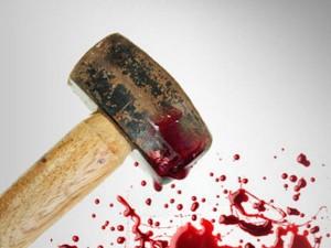 Lei denuncia ex marito stalker, lui la prende a martellate