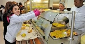 Guarda la versione ingrandita di Scuola mense, la guerra del pasto da casa: vincono le famiglie
