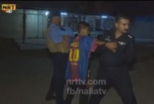Guarda la versione ingrandita di Baby-kamikaze con maglia Messi fermato a Kirkuk