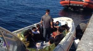 Guarda la versione ingrandita di Gallipoli: migranti sbarcano su Isola di Sant'Andrea (foto Ansa)