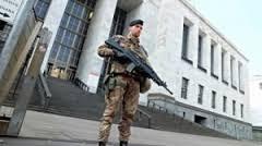 Terrorismo e sicurezza. Hanno dato un po' di aria condizionata al carabiniere in garitta ma il resto è messinscena