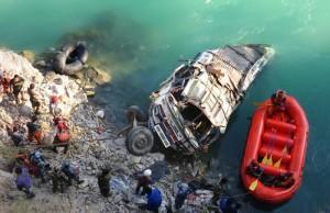 YOUTUBE Nepal, autobus nel fiume Trishuli: almeno 20 morti