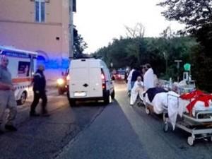 Terremoto Amatrice, crolla ospedale: malati e barelle in strada