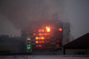 """Londra, palazzo in fiamme: """"c'è gente all'interno"""""""