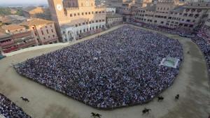 Palio di Siena: vince la contrada della Lupa