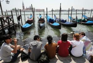 Guarda la versione ingrandita di Venezia: turista ceco si tuffa in acqua in Piazza San Marco. Multa (foto di repertorio Ansa)