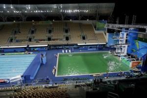 Guarda la versione ingrandita di Rio 2016: piscina verde chiusa. Acqua gelata o pericolo sanitario? (foto Ansa)