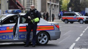 Guarda la versione ingrandita di Auto inseguita dalla polizia e investe famiglia, 2 morti a Londra