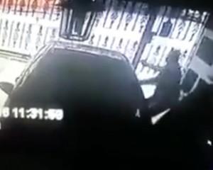 YOUTUBE Poliziotto u****e rapinatore nel garage di casa