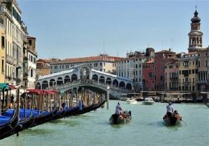 Guarda la versione ingrandita di Venezia: turista si tuffa da Ponte di Rialto e centra taxi (foto d'archivio Ansa)