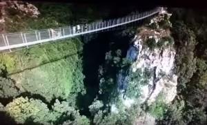 Guarda la versione ingrandita di Il drone sul ponte Tibetano a Laviano