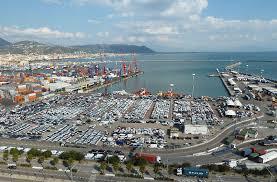 Salerno, incendio nel porto: yacht ormeggiato va a fuoco