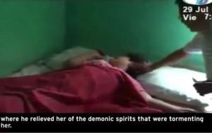 "YOUTUBE ""Ragazza posseduta"" riceve esorcismo in Nicaragua"