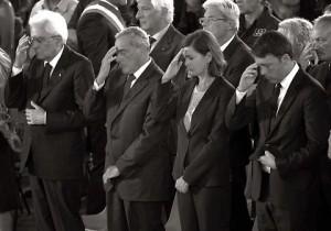 Guarda la versione ingrandita di Terremoto, alla messa Renzi con lo smartphone: Mattarella fa il segno della croce