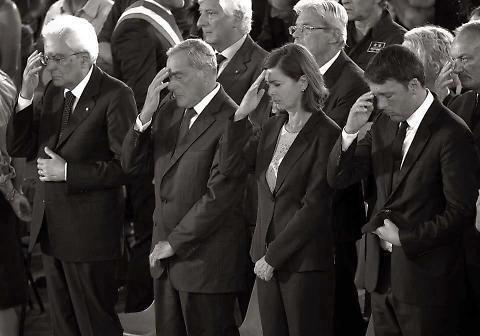 Terremoto, alla messa Renzi con lo smartphone: Mattarella fa il segno della croce