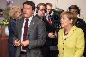 Guarda la versione ingrandita di Italia Tafazzi: Germania cresce, noi invece... (nella foto d'archivio Lapresse, Renzi e Merkel)