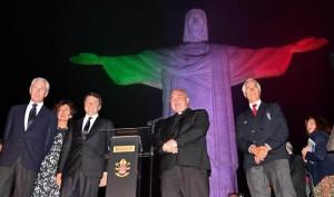 """Guarda la versione ingrandita di Olimpiadi Rio, il Cristo diventa tricolore. Renzi: """"Spero ori azzurri"""""""